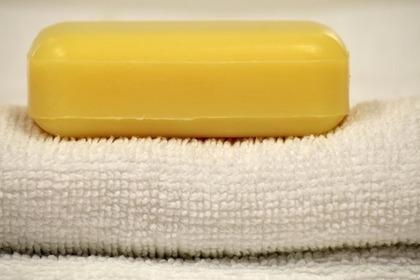 黄色い石鹸とタオル