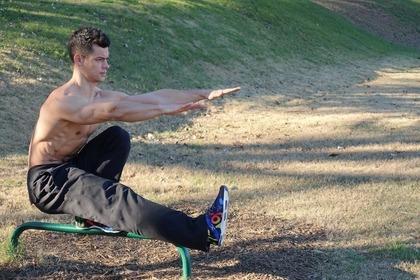 片足だけでヤンキー座りをして足首を動かす男性