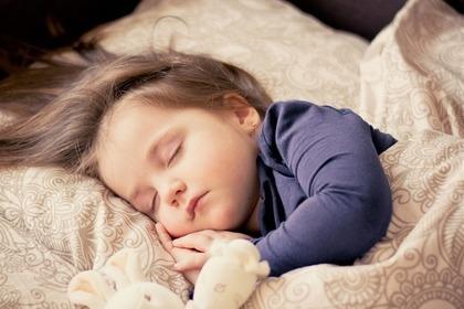 安心して眠る子ども