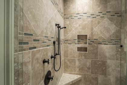 タイルのおしゃれなシャワー室