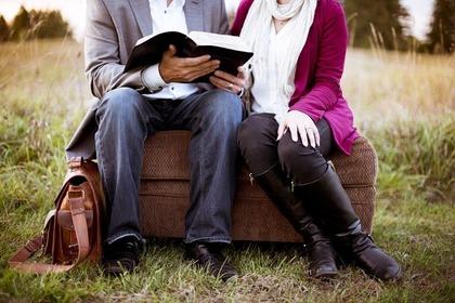 座って本を読む男女