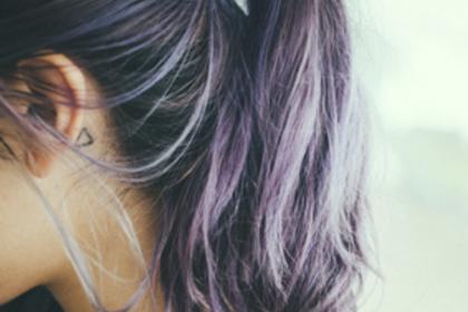 髪をたばねた女性