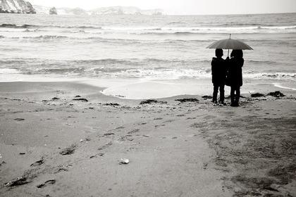 相合傘をする二人