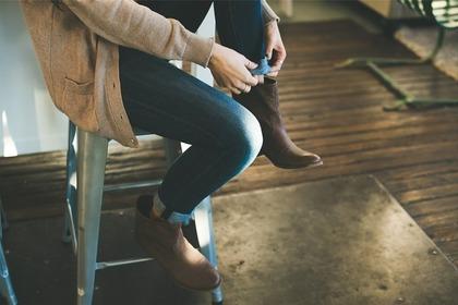 脚立に座る女性