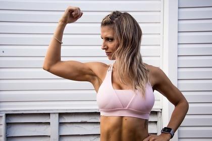 肘を曲げる女性