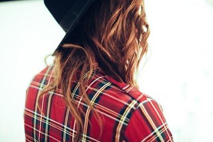 チェック柄のシャツを着た女性