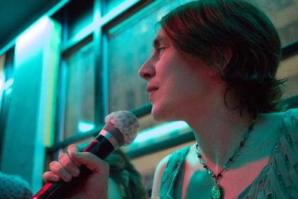 歌う女性の横顔