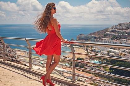 赤いドレスとハイヒール