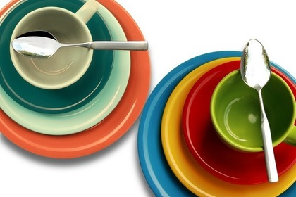 色とりどりの皿とカップ