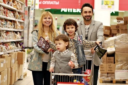 買い物をする家族