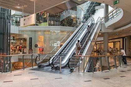 ショッピングモール内のエスカレーター