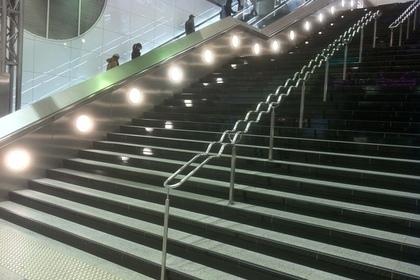 大画面前の西鉄福岡(天神)駅の階段