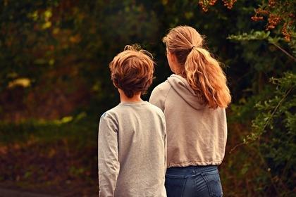 少年と少女の後ろ姿