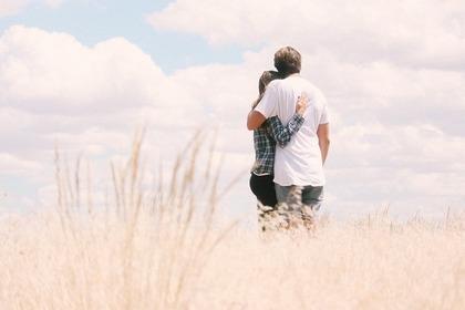 抱き合うカップルの後ろ姿