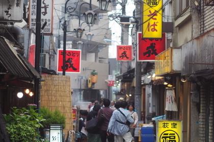 西荻窪駅すぐの場所にある丸福中華そば店や焼き鳥屋の看板
