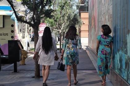 街中を散歩する女性達