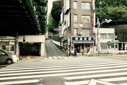 西日暮里駅高架下にある横断歩道