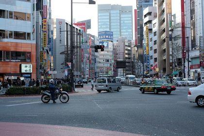 東京の小川町駅近くの交差点