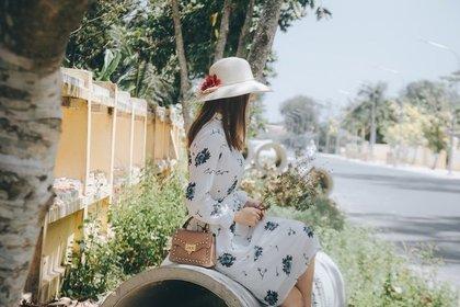 白い帽子をかぶって待つ
