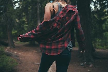 シャツを着た女性