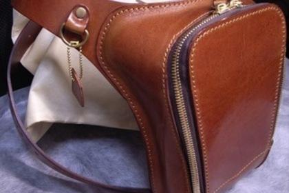 皮のバッグ