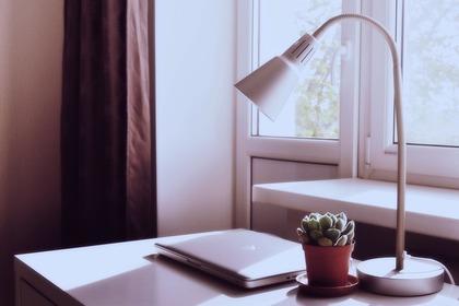 白いデスク照明