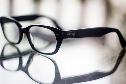 黒縁のメガネ
