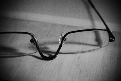 机に置かれたメガネ