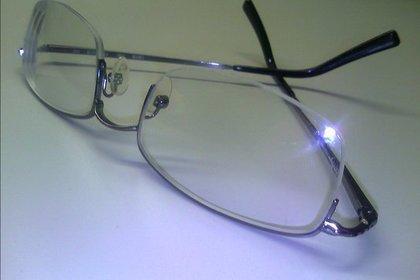 逆さまに置かれたメガネ