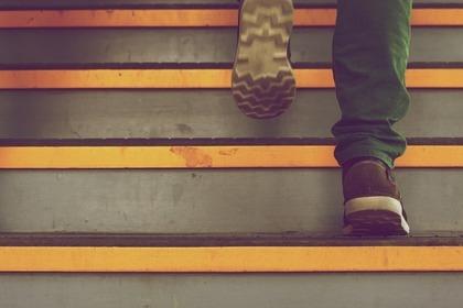 一歩ずつ階段を登る