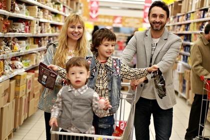 買い物に出かける家族