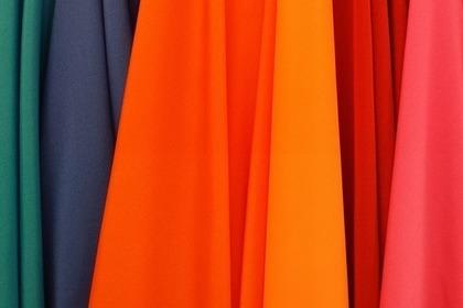カラフルな服