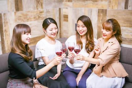乾杯する女性たち