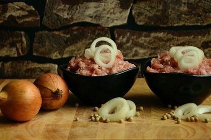 小鉢に盛られた鶏のひき肉