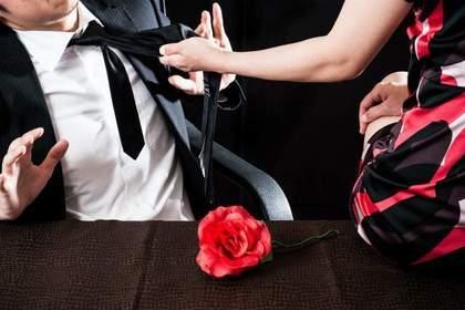 男性のネクタイを掴む女性