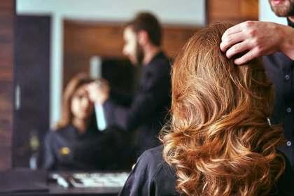 髪を触る美容師