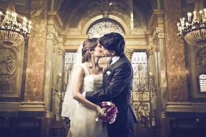 チャペルでキスする二人