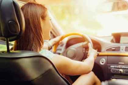 くるまを運転する女性