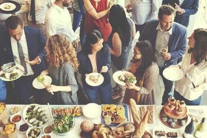 立食パーティーの風景