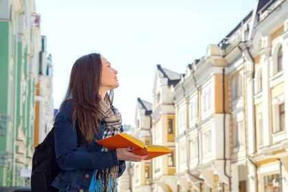 街を散策する女性