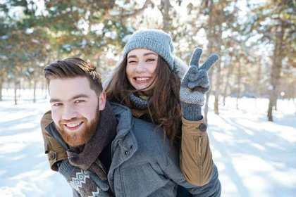 雪の中で男性に抱きつく女性