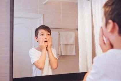 鏡を見る少年