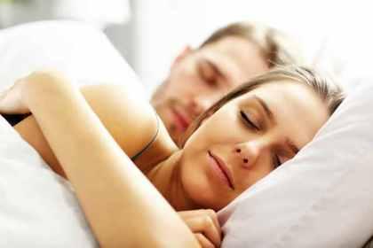 ベッドで眠るカップル