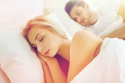 ベッドで眠る男女