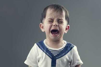 いじめられて泣く子ども