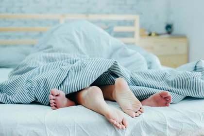 ベッドで寝る2人