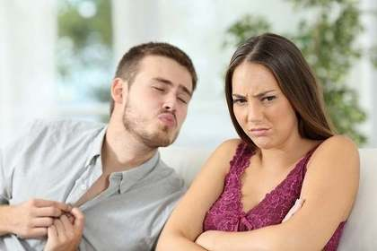 男性の告白にNG返事をする女性