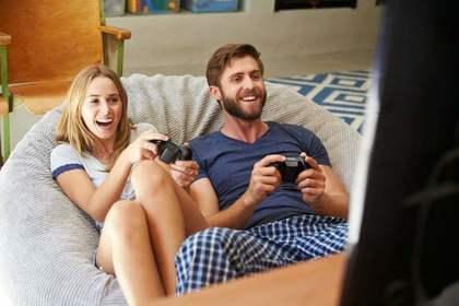 テレビゲームする男女