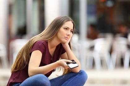スマホを見て不機嫌な女性
