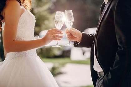 結婚式で乾杯する2人